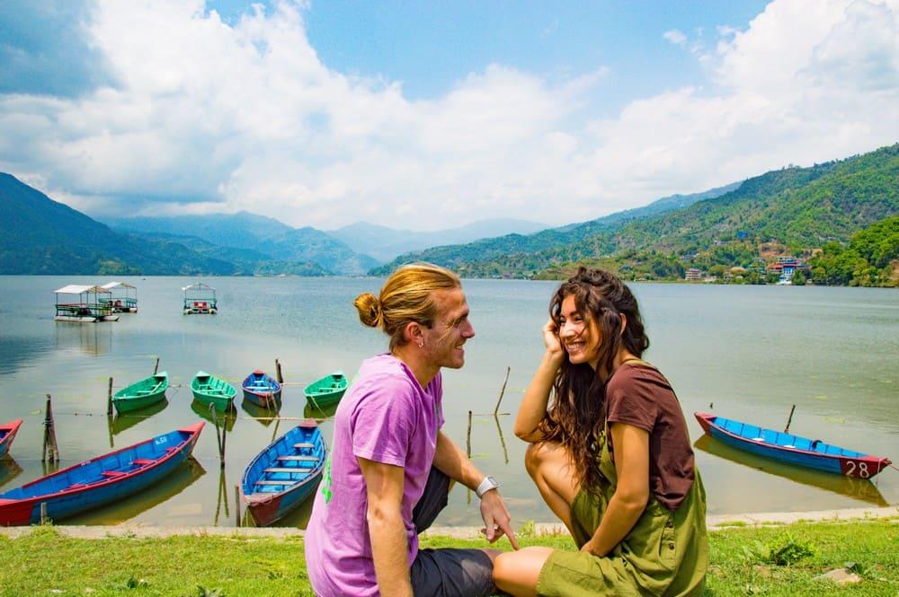 pareja frente al lago sonrisa nepal viajeros